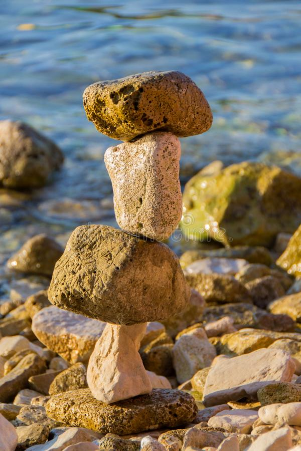 Stenar som staplas på havet fotografering för bildbyråer