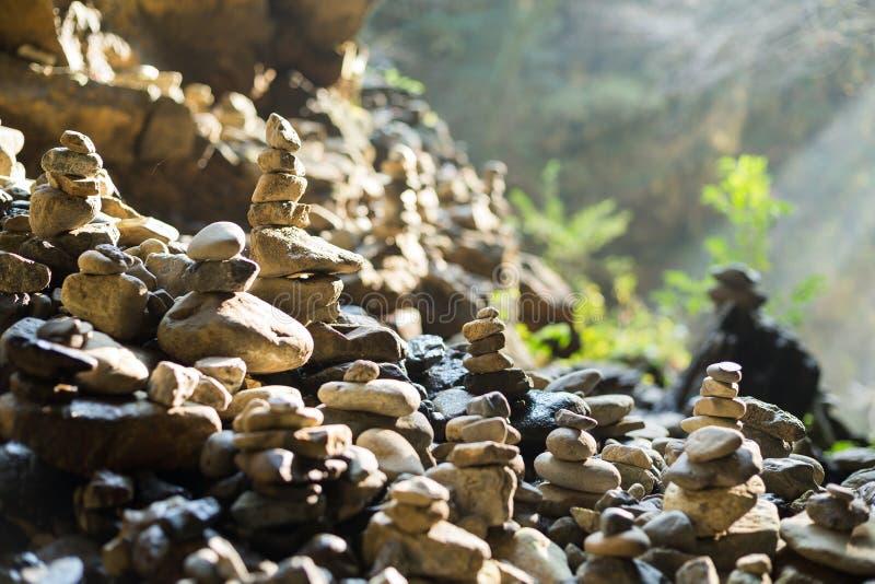 Stenar staplar i jämvikt arkivfoto