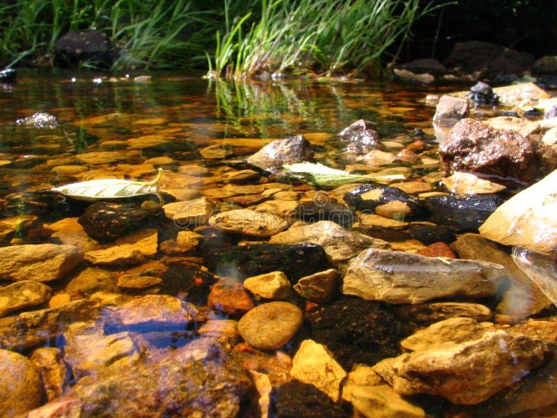 stenar undervattens- arkivfoto
