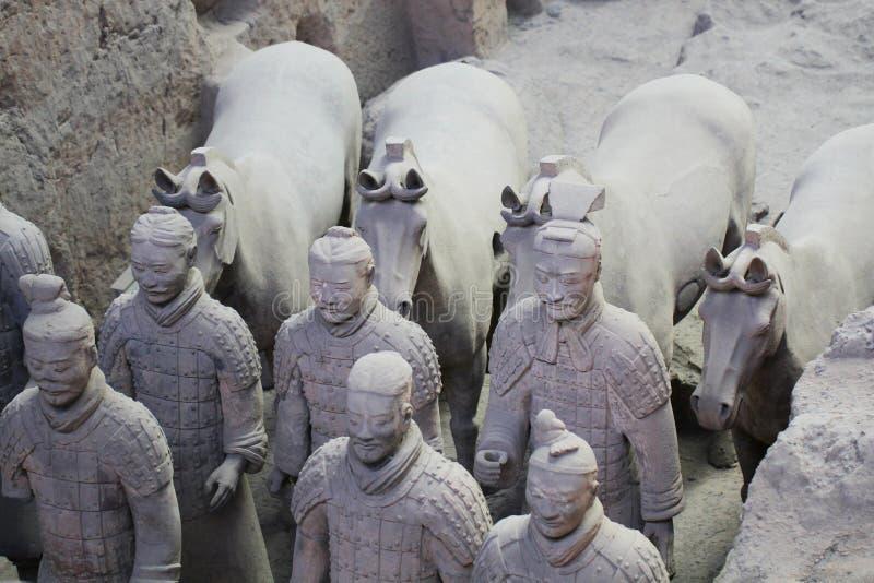 Stenarmén tjäna som soldat med häststatyn, terrakottaarmé i Xian, Kina arkivfoton