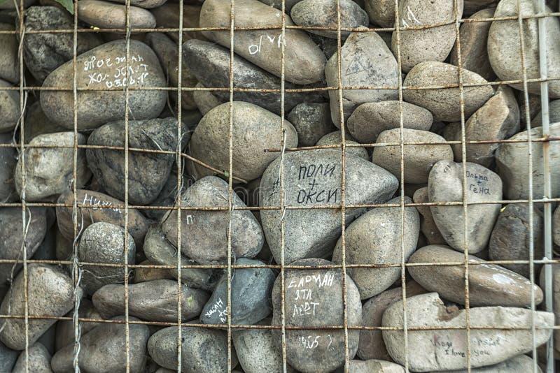 Stenarna med inskrifterna och järngallret arkivfoton