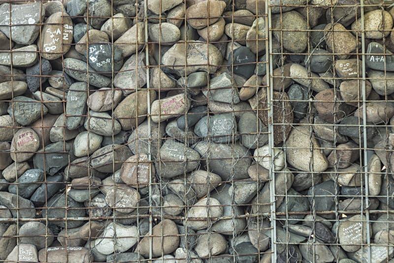 Stenarna med inskrifterna och järngallret royaltyfria bilder
