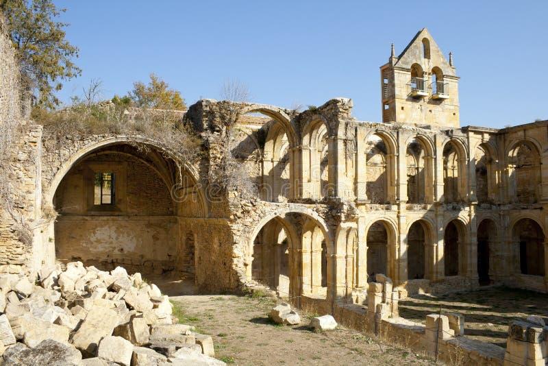 Stenbågar i den övergav kloster de Rioseco fotografering för bildbyråer