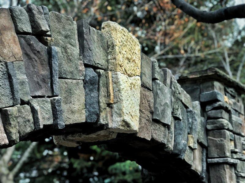 Stenbåge med en mittsten arkivbilder