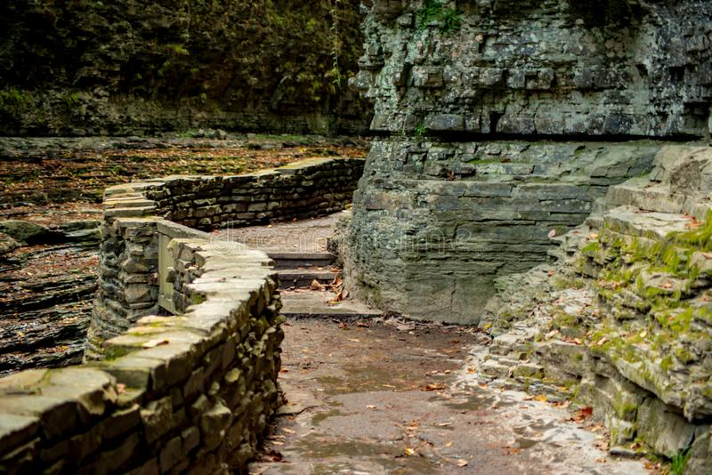Stenbana längs dalgångliten vik i delstatspark arkivbild