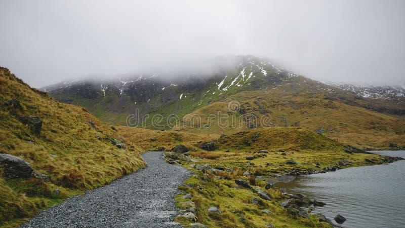 Stenbana och sj? i den Snowdonia nationalparken, Wales, F?renade kungariket royaltyfri foto