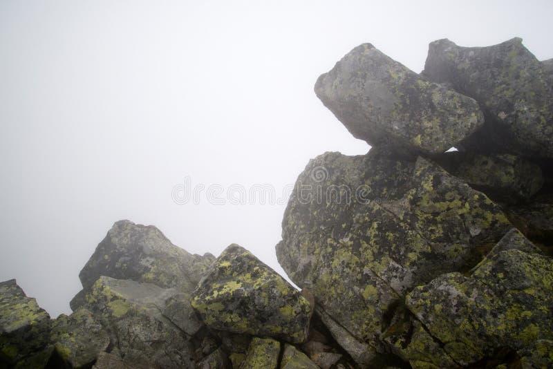 Stenblock i dimman, Tatras royaltyfri bild
