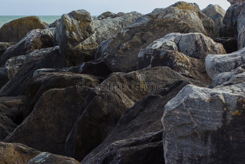Stenblock i Saltdean, Brighton i havet arkivbilder