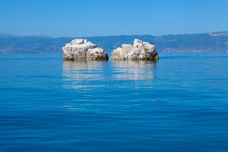 Stenblock i sjön Orhid, Makedonien royaltyfria foton