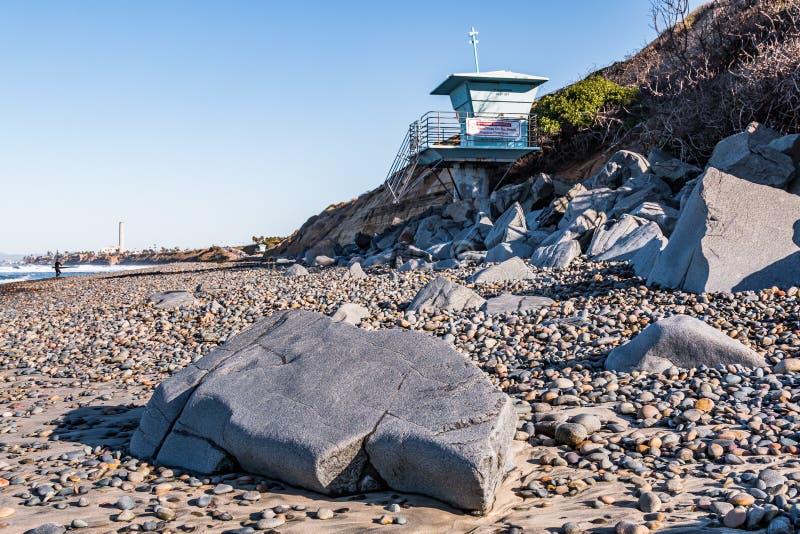Stenblock, stenar och livräddare Tower på den södra Carlsbad statliga stranden arkivfoto