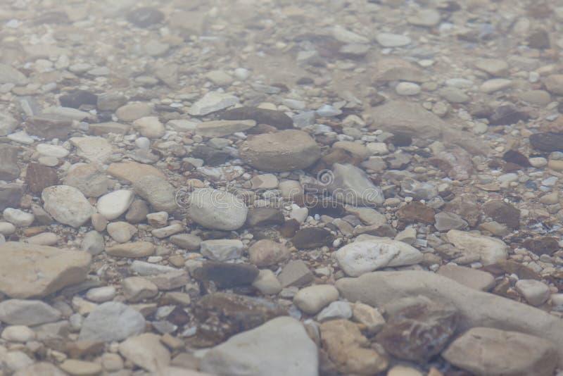 Stenblock under vattenbakgrund arkivbild