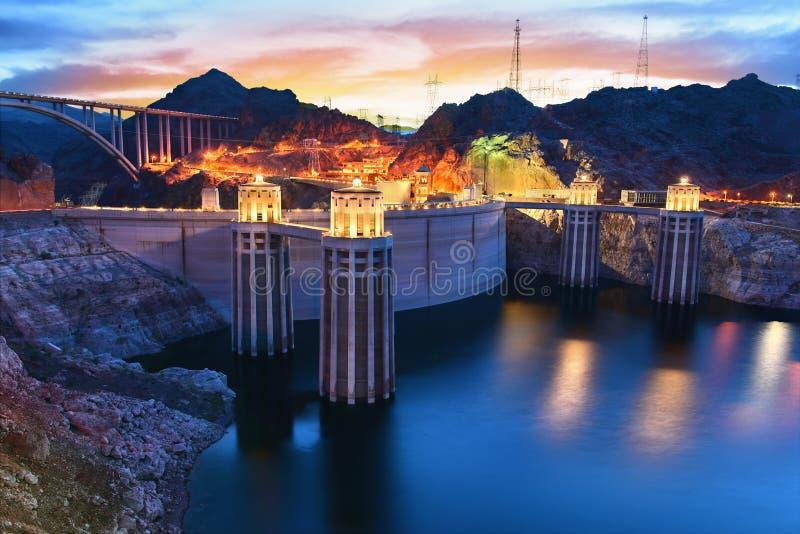 Stenblockfördämning i Coloradofloden, på gränsen mellan USA-staterna av Arizona och Nevada royaltyfria bilder