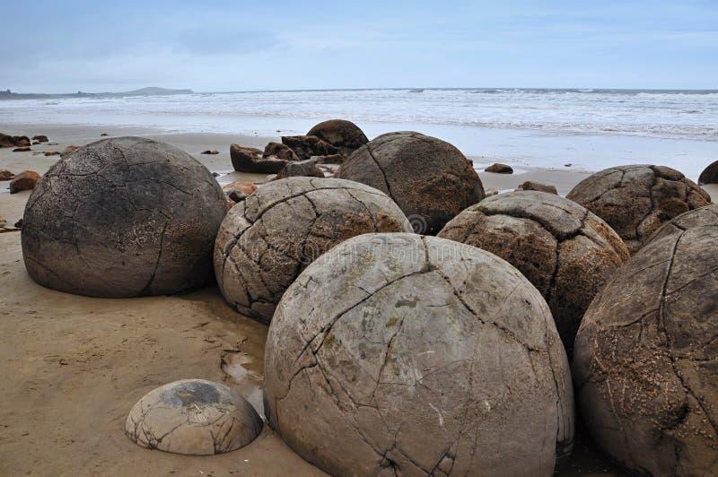 stenblockkustmoeraki nya Stillahavs- zealand royaltyfria foton