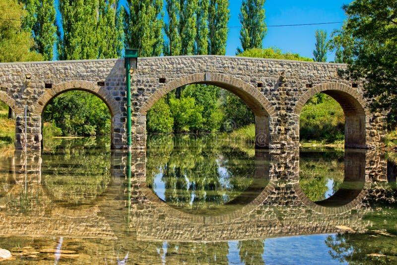 Stenbro över den Zrmanja floden arkivfoto