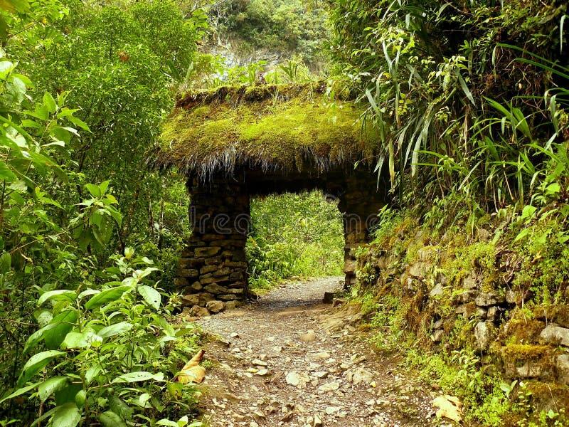 Stenbro på banan till Gocta royaltyfria bilder