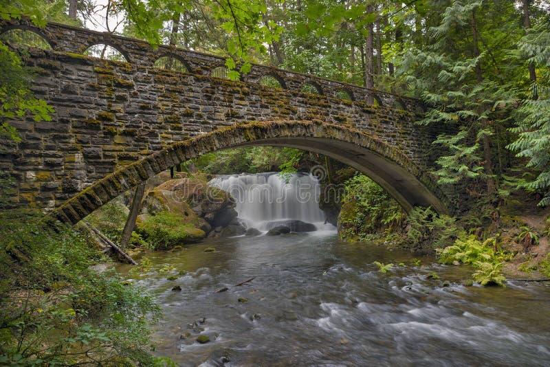 Stenbron på Whatcom nedgångar parkerar Bellingham WA USA royaltyfria bilder