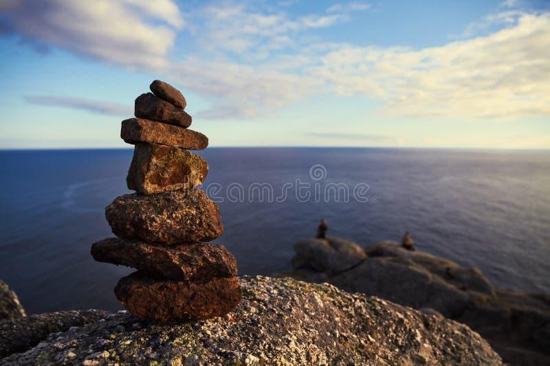 Stenbunt framme av havet arkivfoto