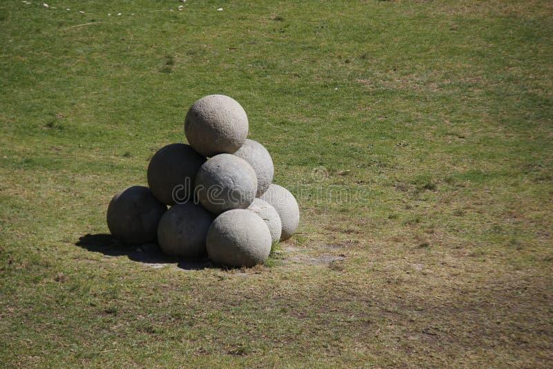 Stencannonballs i Rhodes-stad framme av ett fort fotografering för bildbyråer
