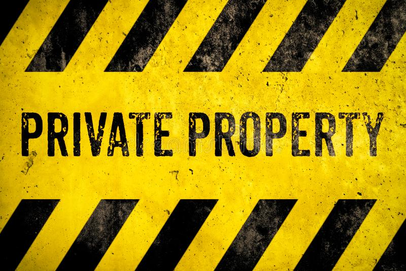 Stencil för varnande tecken för privat egenskap med gula och svarta band som målas över bakgrund för betongväggcementtextur royaltyfri illustrationer