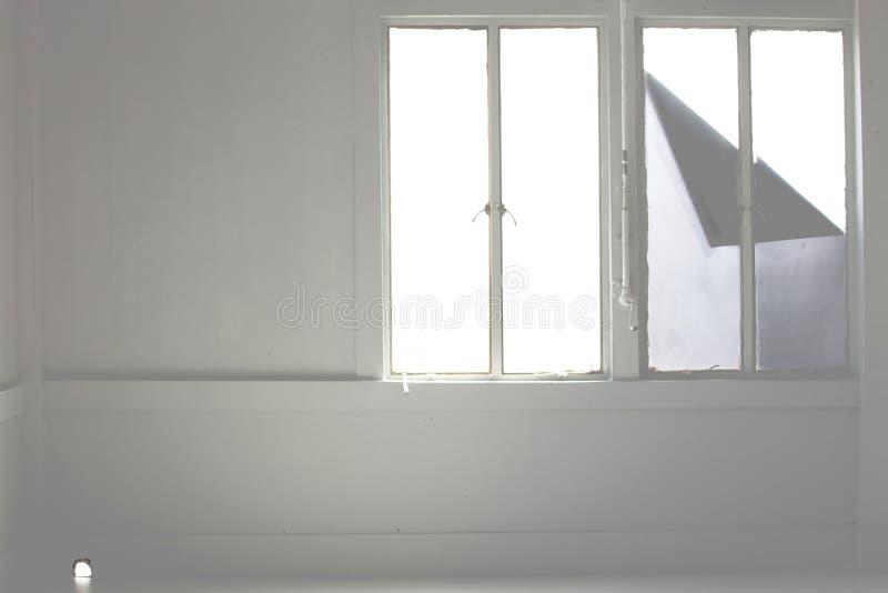 Stencilpapper på förutom fönstren arkivbilder