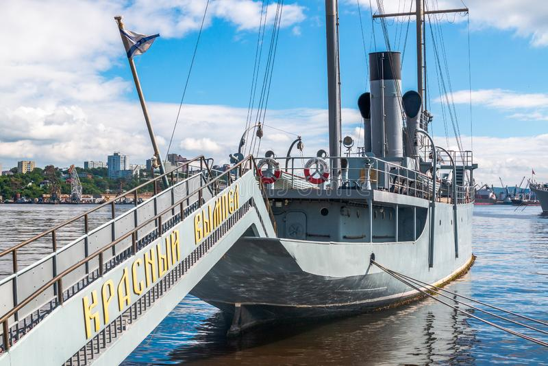 Stendardo rosso della nave commemorativa La nave di pattuglia russa è un museo ed è situata sull'argine di Karabelnaya del lontan immagini stock