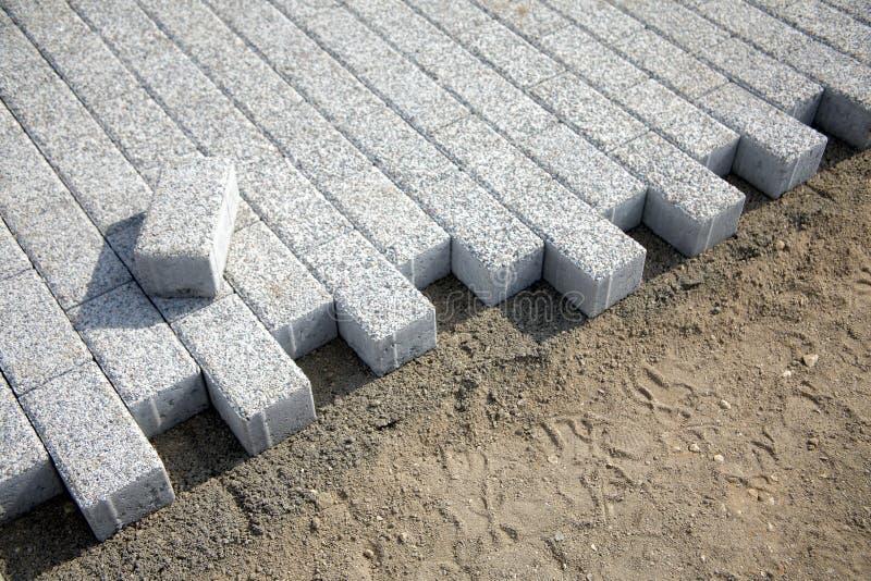 Stenditura delle lastre per pavimentazione di gray nella zona pedonale della città immagini stock libere da diritti
