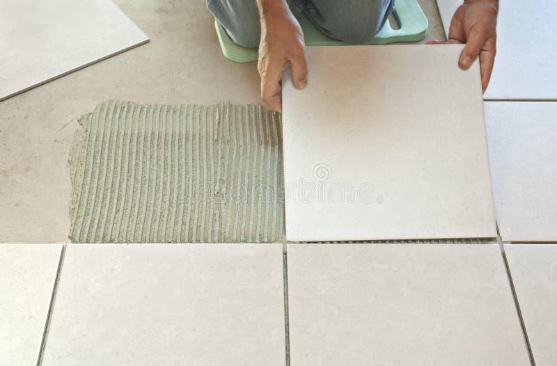 Stenditura delle mattonelle di ceramica fotografie stock libere da diritti