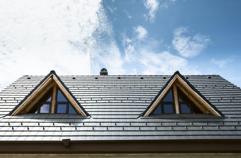 Stenditura delle mattonelle di tetto immagine stock libera da diritti