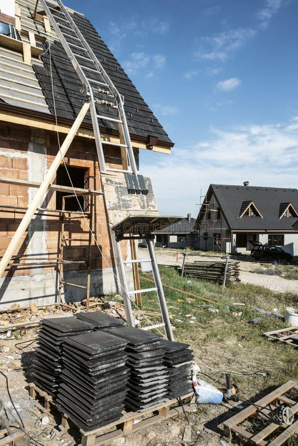 Stenditura delle mattonelle di tetto immagini stock