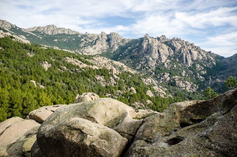 Stenen, bomen en bergen van het Park van La Pedriza in Madrid Spanje stock afbeelding