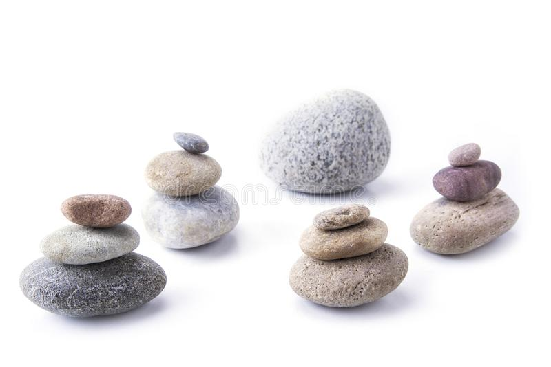 Stenen bovenop elkaar worden gestapeld en evenwichtig op het wit dat royalty-vrije stock foto's