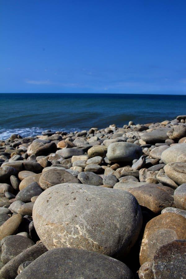 Stenen door vreedzaam oceaantaiwan royalty-vrije stock afbeelding