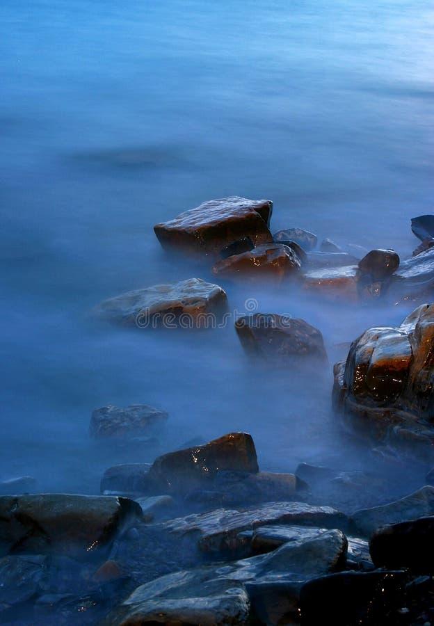 Stenen in een mist stock foto