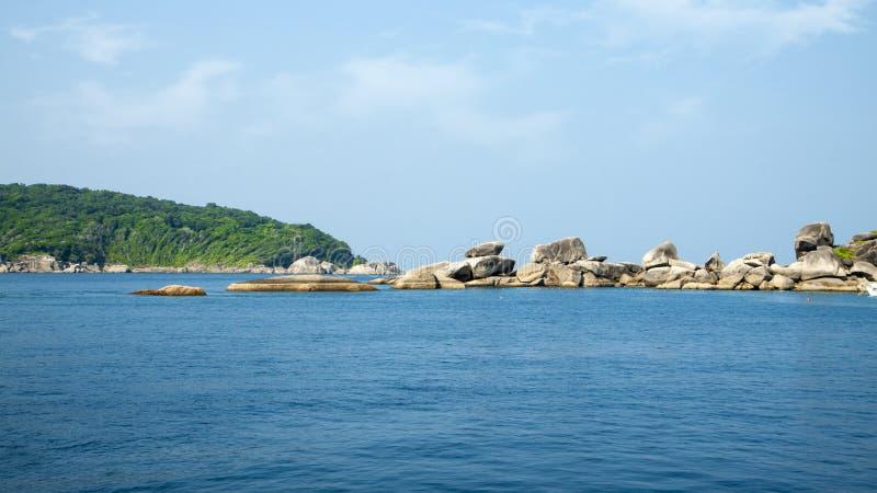 Stenen en rotsenparadijslagune Eiland in de Oceaan Zeegezicht met azuurblauw water, rots, en grote stenen stock afbeelding