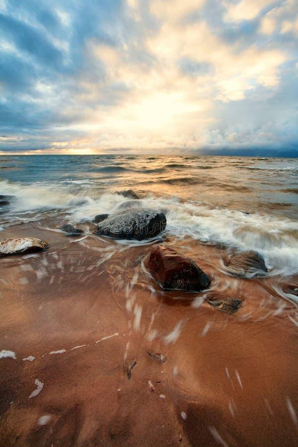 Stenen en sneeuwonweer met golven in de Oostzee royalty-vrije stock foto