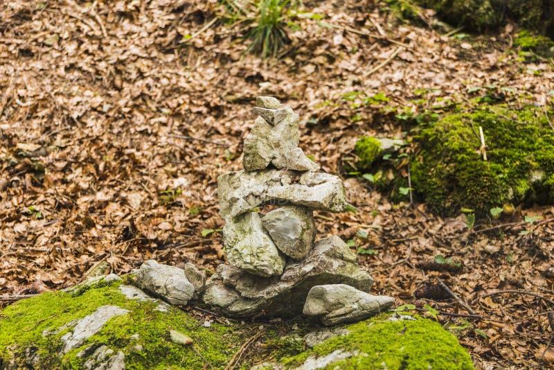 Stenen in evenwicht, stapel van rotsen in het bos in de Herfst royalty-vrije stock foto