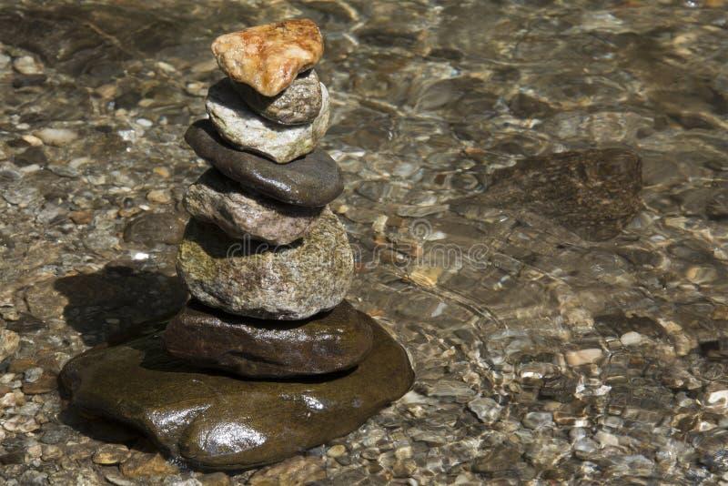 Stenen evenwichtig bovenop elkaar royalty-vrije stock afbeelding