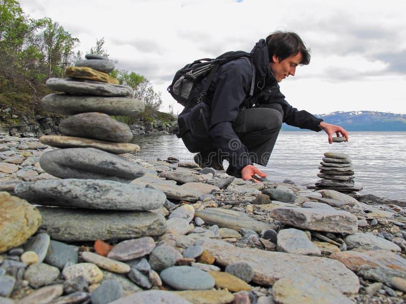 stenen för pyramiden för liggandemeditationberg stenar zen för torn två royaltyfri foto