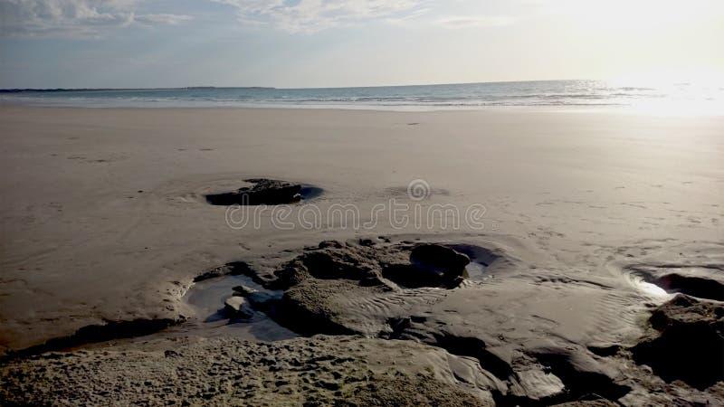 Stenen in het zand langs Kabelstrand royalty-vrije stock foto's