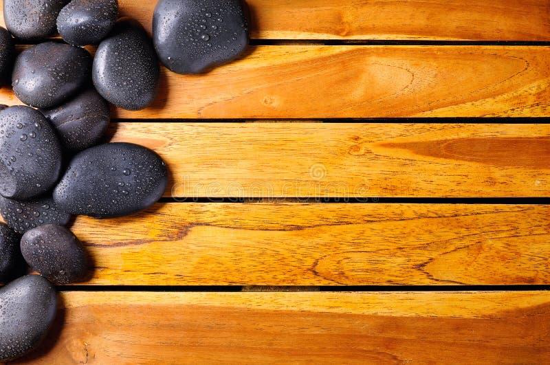 Stenen met dalingen in de hoogste linkerhoek op houten royalty-vrije stock foto's