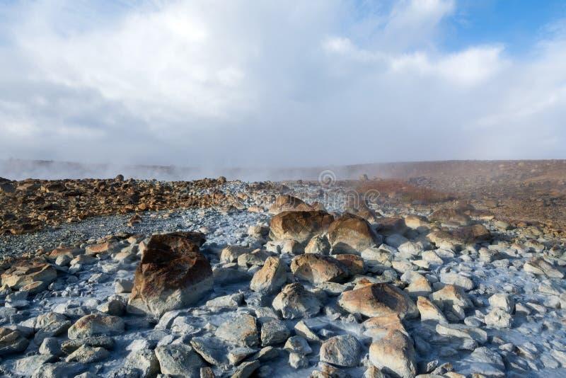 Stenen met zwavel worden behandeld die uit een natuurlijk heet meer, IJsland morsen dat stock afbeeldingen