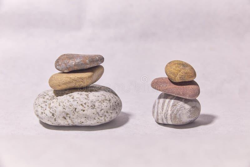 Stenen op de oppervlakte kleine voorwerpen De piramide van de steen stock fotografie