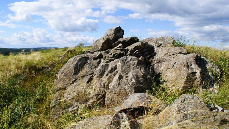 Stenen op het gebied royalty-vrije stock afbeelding