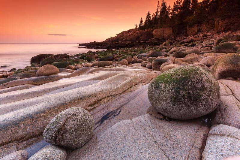 Stenen op het rotsachtige strand, Maine, de V.S. royalty-vrije stock foto