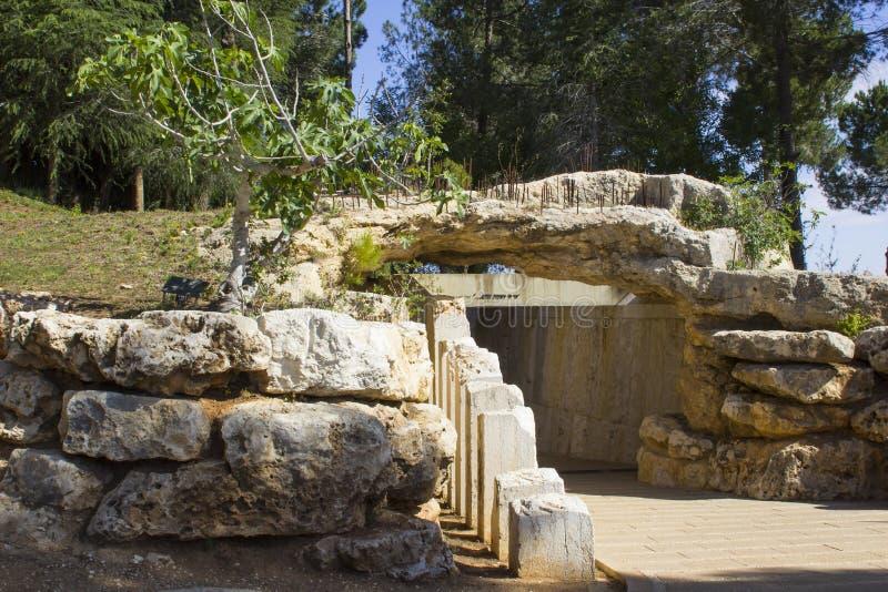 Stenen skulpterar på ingången till minnesmärken för barn` s på det Yad Vashem förintelsemuseet i Jerusalem Israel royaltyfri fotografi
