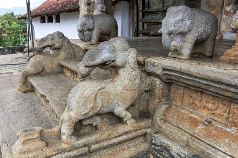 Stenen sned elefantstatyer i Sri Lanka arkivbild