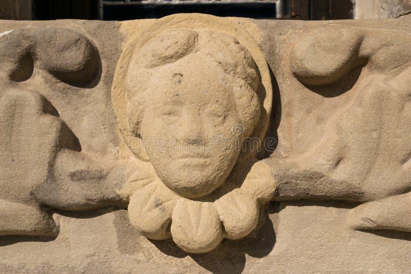 Stenen sned skulptur för att behandla som ett barn ängelhuvudbasrelief royaltyfria foton