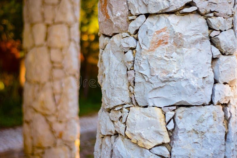 Stenen utfärda utegångsförbud för nära ingången i Portugal arkivfoto