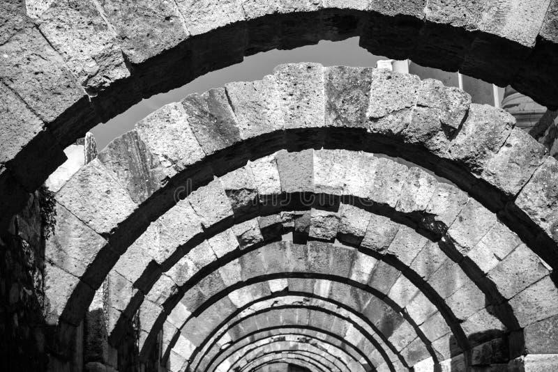 Stenen välvar perspektivet Fördärvar av den forntida staden Smyrna fotografering för bildbyråer