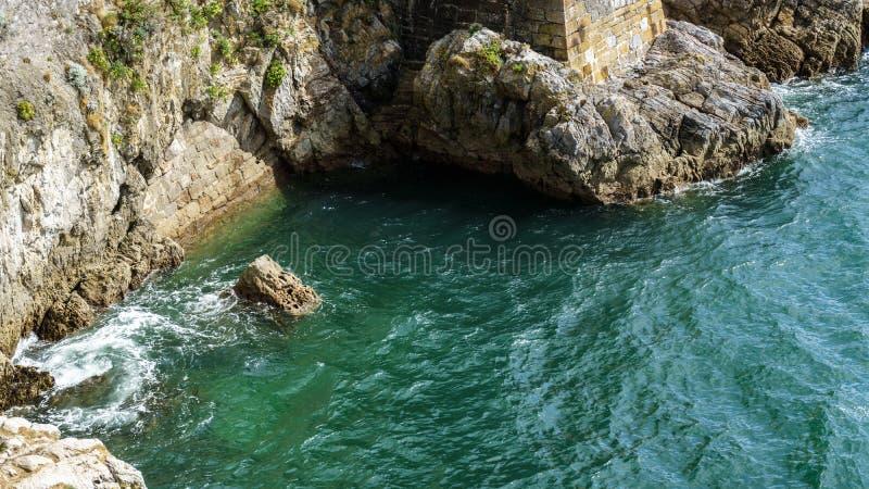 Stenen vaggar och vatten för det blåa havet, havet arkivfoto